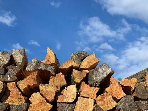積み上がった薪